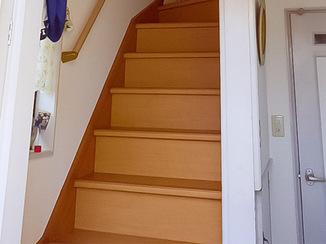 内装リフォーム 明るく手すり付きの安全な階段に