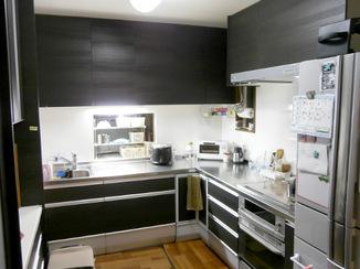 キッチンリフォーム 収納力抜群のキッチンと揃いの食器棚