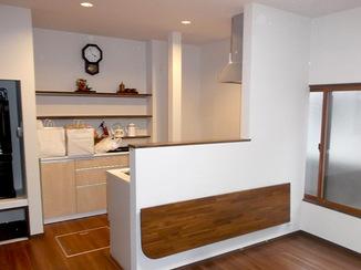 内装リフォーム 開放的なキッチンに繋がる広々とした洋室
