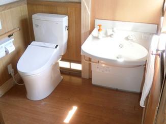 トイレリフォーム 車椅子で洗髪も出来るバリアフリーなトイレと洗面所
