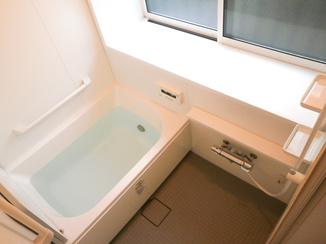 バスルームリフォーム バリアフリー化し、暖かさも重視した浴室
