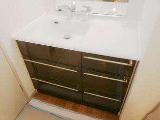 洗面リフォーム 収納が多く、広い天板で使い勝手の良くなった洗面台
