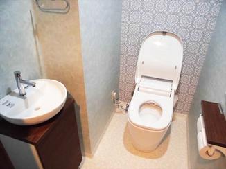 トイレリフォーム 壁紙にアクセントを取り入れ、オシャレなトイレ空間に