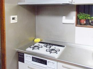 キッチンリフォーム 凹凸の少ないレンジフードはお手入れも楽々!