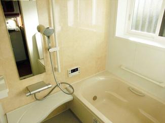 バスルームリフォーム 断熱材入りの床材で寒さ対策を。毎日快適に使えるユニットバス