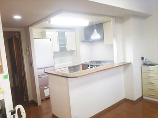 キッチンリフォーム キッチンパネルにしてお手入れが楽に!吊戸棚を撤去し明るい雰囲気になったキッチンスペース