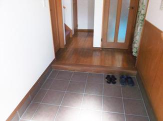 内装リフォーム 大きなタイルでお掃除も楽々!広くなった玄関土間