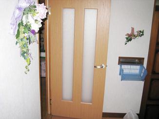小工事 重苦しいイメージを解消!程よく日差しが入り、明るいイメージになったドア