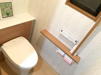 トイレリフォーム 手すり・収納扉・床を同色にすることで一体感を出したトイレ