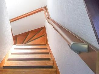 内装リフォーム 急な階段を安全に昇り降りするための手すりと内装