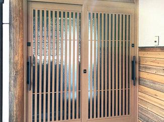 エクステリアリフォーム 和風な雰囲気に合わせた玄関引戸