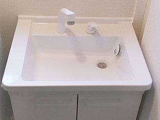 洗面リフォーム 沈んだ床を補修し、収納も増やした洗面所