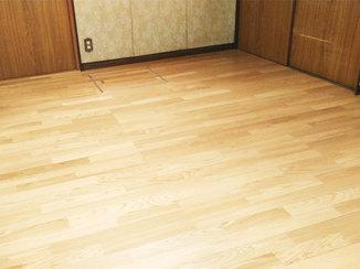 内装リフォーム 床下を補強し、断熱材をいれて快適に過ごせるようにしたフローリングのお部屋