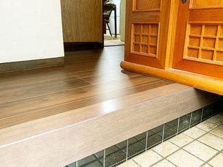 内装リフォーム 床を補強し、美しく仕上げた玄関まわりのフローリング