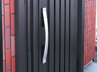 エクステリアリフォーム 大きな荷物を持っていても出入りしやすい、親子ドア