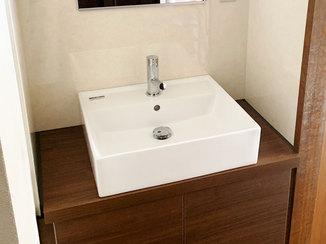 洗面リフォーム 使い勝手がよい玄関洗面台と、将来的に手すりが付けられるトイレ