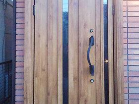 エクステリアリフォーム断熱性が高い木目調の重厚感ある玄関ドア