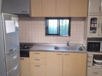 キッチンリフォーム 1日で取り替え完了!明るい扉カラーの最新システムキッチン