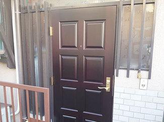 エクステリアリフォーム オーダーメイドで作った、ぴったりサイズの重厚感ある玄関ドア