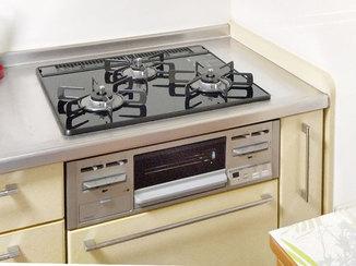 キッチンリフォーム キッチンを明るく彩る、シルバーのガスコンロ&レンジフード