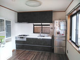 キッチンリフォーム空間まるごと一新し、冷蔵庫も取り出しやすい位置に変えたキッチン