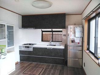 キッチンリフォーム 空間まるごと一新し、冷蔵庫も取り出しやすい位置に変えたキッチン