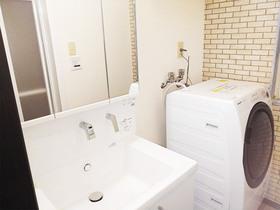 洗面リフォーム真っ白な洗面台と内装が調和した洗面所