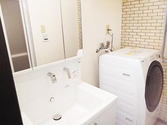 洗面リフォーム 真っ白な洗面台と内装が調和した洗面所