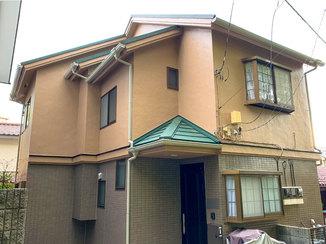 外壁・屋根リフォーム キレイに塗り替えた外壁と、タイル調のベランダ